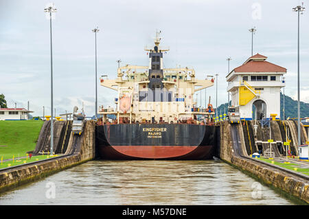 Panama City, Panama - 4. November 2017: Bulk Carrier KINGFISHER derzeit Segeln unter der Flagge der Marshall Inseln - Stockfoto