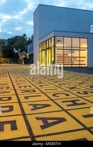 """Beleuchteter Eingang am Abend der """"Berlinischen Galerie"""" in der Alten Jakobstraße in Berlin Kreuzberg, Deutschland. - Stockfoto"""