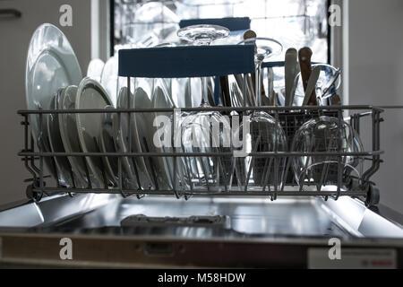 Geschirrspüler mit sauberem Glas und Geschirr selektiven Fokus saubere Gläser öffnen nach dem Waschen in der Spülmaschine. - Stockfoto