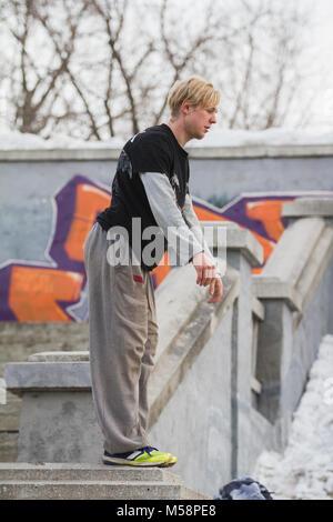 Parkour in Parkstellung - blonde Kerl Teenager Bereit für akrobatischen Jump-Flip - Stockfoto