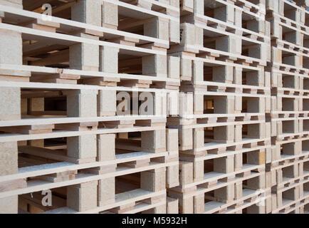 Eine Wand Aus Holz Paletten Gestapelt Ubereinander Stockfoto Bild