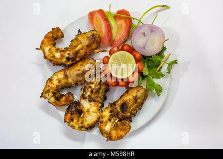 Knusprig, würzig gebratene Garnelen mit Gemüse auf weißem Hintergrund garniert. Eine köstliche populären indischen - Stockfoto
