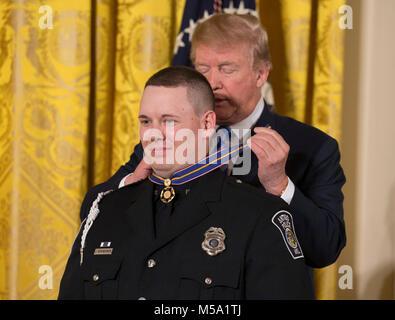 Washington, USA. 20 Feb, 2018. Präsidenten der Vereinigten Staaten Donald J. Trumpf präsentiert Officer Andrew Hopfensperger - Stockfoto
