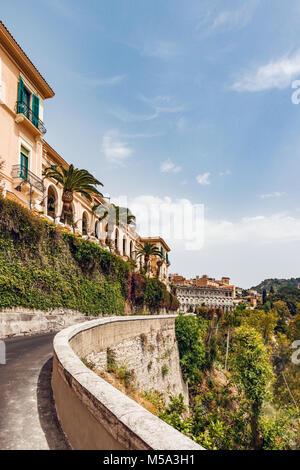 Stadtbild von Taormina, gelegen auf einem Hügel in Sizilien, Italien - Stockfoto