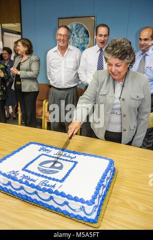 Bürgermeister Mattie Bower Hispanic Frau Deede Weithorn Jerry Libbin Richard Steinberg Edward Tobin schneiden Kuchen - Stockfoto
