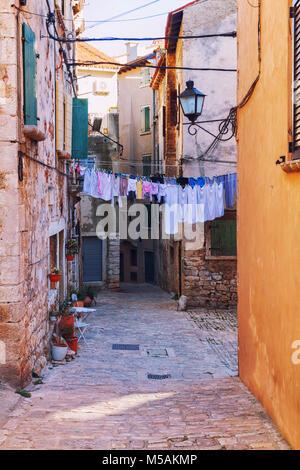 Ruhigen, friedlichen kleinen engen Gassen und bunten Häusern der Stadt Rovinj in Kroatien Europa - Stockfoto