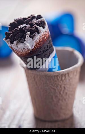 Vanilleeis mit Schokolade Cookies in schokoladegeschmack Kegel - Stockfoto