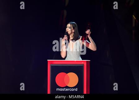 Dua Lipa nimmt den Preis für die britische Solo-Künstlerin während der Brit Awards Show 2018 in der O2 Arena, London, entgegen.