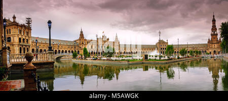 Wasser, die schönen Renaissance Gebäude an der Plaza de Espana (Spanien) in Sevilla, Andalusien, Spanien - Stockfoto