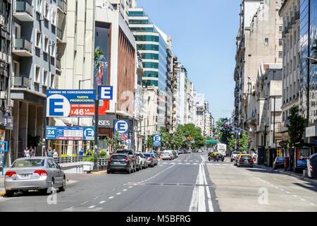 Argentinien, Buenos Aires, Avenida Cordoba, Blick auf die Straße, geparkte Autos, Gebäude, Tiefgarage Eingang, Schild, - Stockfoto