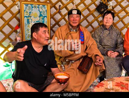 Im Haus der mongolischen Nomaden, Gäste trinken eine Schüssel mit Stutenmilch, Erdenet, Mongolei - Stockfoto