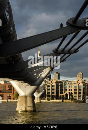 London, England, Großbritannien - 25 Oktober, 2014: Die Millennium Bridge Fußgängerbrücke überquert den Fluss Themse - Stockfoto