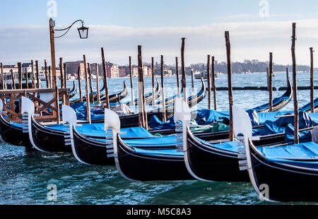Günstig Gondeln auf dem Canal Grande, Riva degli Schiavoni, Venedig, Italien
