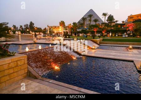 Am Abend oder in der Nacht Blick auf das Mena House Hotel, mit den Pyramiden im Hintergrund, Giza, Kairo, Ägypten, Nordafrika
