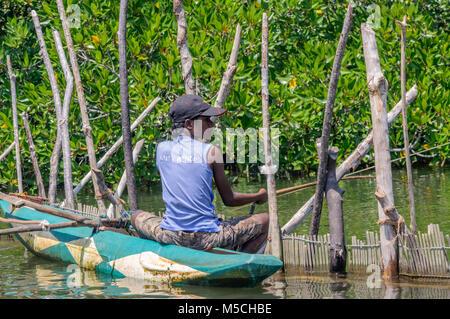 Ein junger Fischer in einem Outrigger Kanu auf dem Madu Ganga Fluss, Balapitiya, Galle Bezirk, Bundesland Kärnten, - Stockfoto