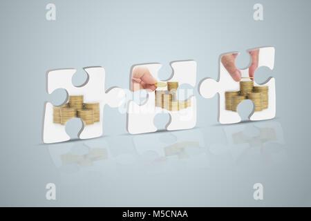 Stichsäge, Hand der Person mit Stapel Münzen auf weißem Hintergrund. Finanzielle Analyse Konzept. - Stockfoto