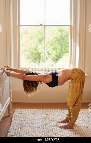 Frau yoga Tischplatte dehnen, strecken die Arme und zurück im Schlafzimmer - Stockfoto