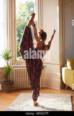 Anmutige frau yoga König Tänzer in der Wohnung - Stockfoto