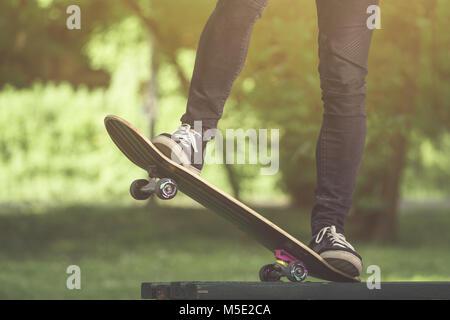 Nahaufnahme von Mann Beine Fahrt auf Skate Board - Stockfoto