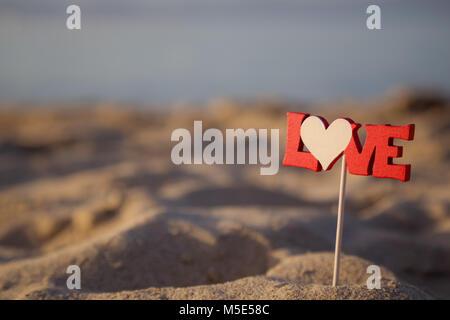 Nahaufnahme von Love Letters text auf Stick im Sand am Strand. Sommer Urlaub Konzept. - Stockfoto