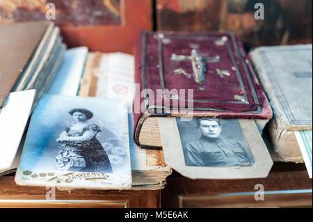 Antike Bibel und zwei Bilder von einem Mann und einer Frau. - Stockfoto