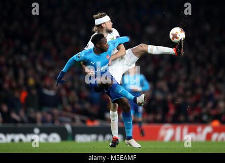 Ostersunds FK's Curtis Edwards und des Arsenal Danny Welbeck Gesten auf dem touchline während der UEFA Europa League Runde 32, zweite Bein Match im Emirates Stadium, London.