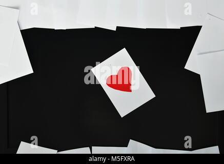Rotes Herz Papier Hinweis auf Bildschirm - Stockfoto