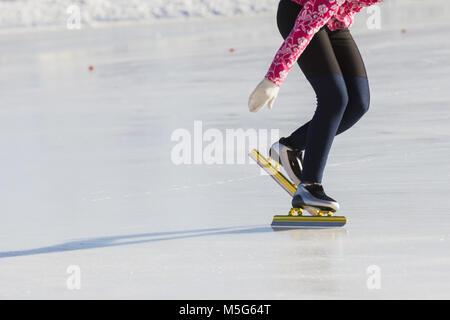 Winter Sport Konzept - golden Schlittschuhe - Stockfoto