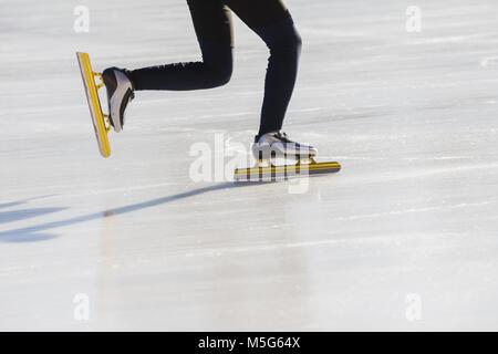 Golden skates im Eisstadion - Winter Sport Konzept - Stockfoto