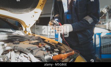 Mechaniker arbeitet mit Voltmeter - autoelektrik - elektrische ...
