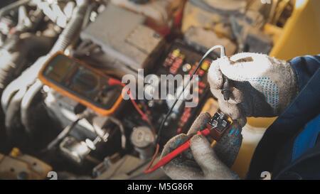 Auto Verkabelung reparieren Stockfoto, Bild: 160018416 - Alamy