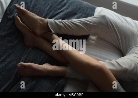 Paar schlafen im Schlafzimmer zu Hause - Stockfoto