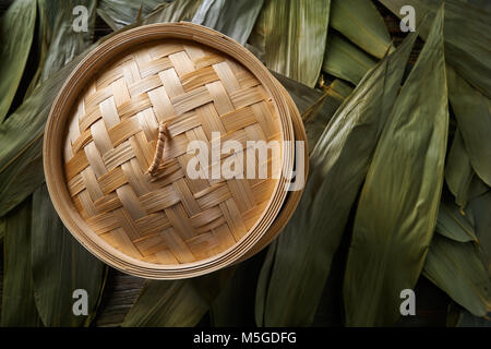 Asiatische Küche Bambus Steamer für Dampf Kochen Rezepte auf Blätter - Stockfoto