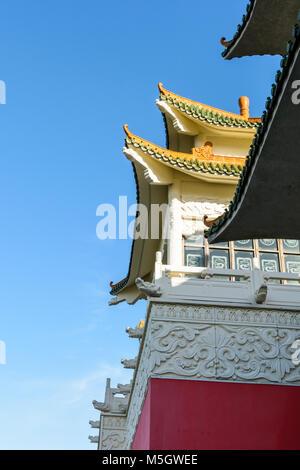 Blick auf das chinesisch inspirierte Architektur der Huatian Chinagora Hotel Komplex mit geschwungenen Dach Ecken - Stockfoto