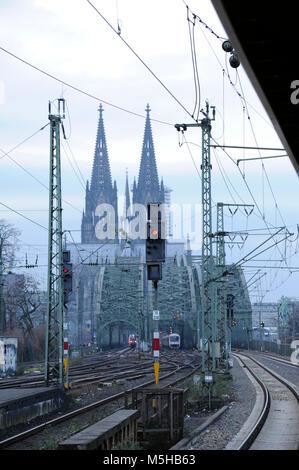 Deutschland. Köln. Bahntrasse mit der Kathedrale im Hintergrund. Region Nordrhein-Westfalen. - Stockfoto