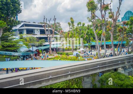 Singapur, Singapur - Februar 01, 2018: Im Freien von unbekannten Menschen zu Fuß auf dem Platz von Universal Studios - Stockfoto