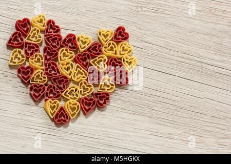 Dateitrennung farbige Pasta bilden Herzform/Valentines Tag essen Hintergrund - Stockfoto
