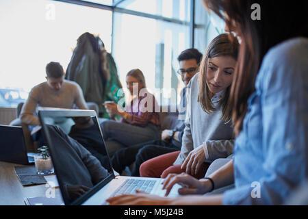 Gruppe von Freunden sind, die zusammen in einem Cafe mit Laptop - Stockfoto