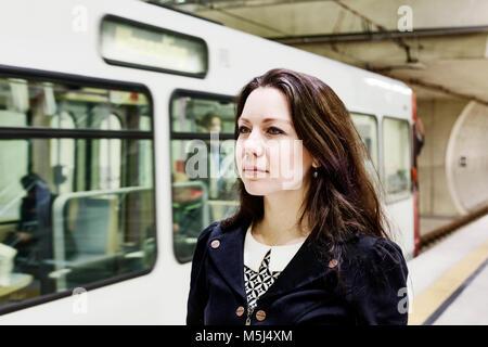 Deutschland, Köln, Porträt der jungen Frau wartet am U-Bahnhof Plattform - Stockfoto