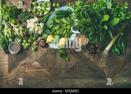 Frühjahr gesunde vegane Ernährung Zutaten zum Kochen über Holz- Hintergrund