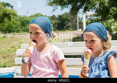 Kleine nette Mädchen (Schwestern) essen Eis, selektiven Fokus. - Stockfoto