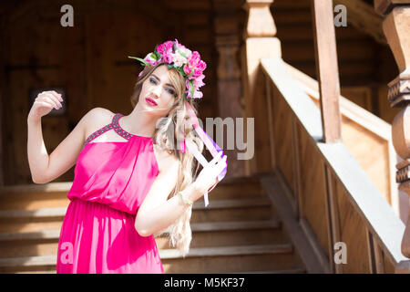 Russland, Moskau, izmaylovsky Park, 27. August 2017. Internationale Foto Festival. Eine ukrainische Mädchen in einem Kranz auf dem Kopf.