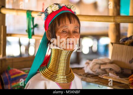 CHIANG RAI, THAILAND - 20. FEBRUAR 2017 - Unbekannter lange Hals Karen Hill Tribe Menschen. Karen lange Hals Dörfer - Stockfoto