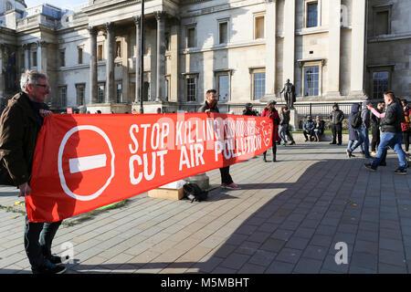 London, Großbritannien. 24 Feb, 2018. Die Demonstranten versammeln sich am Trafalgar Square ihre Unterstützung für - Stockfoto