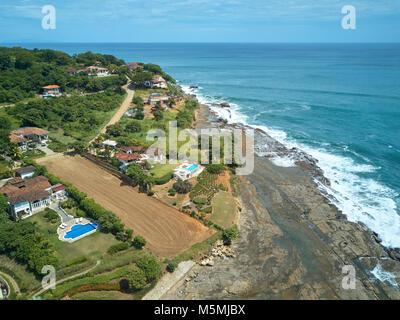 Luxus Wohnungen am Pazifischen Ozean Küste Luftbild Drohne Anzeigen an einem sonnigen Tag - Stockfoto