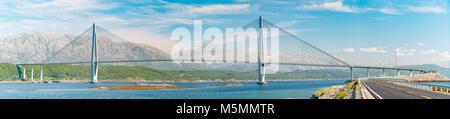 Panorama der Brücke und dem Auto unterwegs in Norwegen, Europa. Auto Reise durch Skandinavien. Blauen bewölkten - Stockfoto