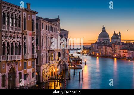 Grand Canal in der Nacht mit Basilika Santa Maria della Salute, Venedig, Italien