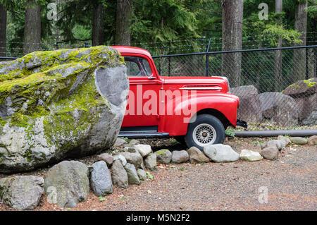 Wiederhergestellten roten Ford Pickup truck in ein Außenlager. - Stockfoto