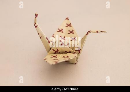 Selbst gefaltet Kran aus Papier mit Wasserzeichen, nach dem alten origami Technik. - Stockfoto