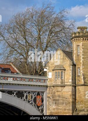 Eine Nahaufnahme eines Lendal Brücke mit historischen Gebäuden und einem großen winter baum. - Stockfoto